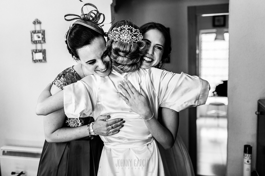Boda en Salamanca de Laura y Manu, realizada por el fotógrafo de bodas en Salamanca Johnny García, Laura abraza a familiares y primas