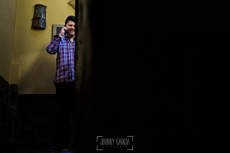 Boda en Guijuelo, Salamanca, de María Eugenia y David, realizada por Johnny García, fotógrafo de bodas en Salamanca, David hablando por teléfono