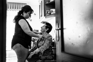 Boda en Guijuelo, Salamanca, de María Eugenia y David, realizada por Johnny García, fotógrafo de bodas en Salamanca, María Eugenia con su abuela