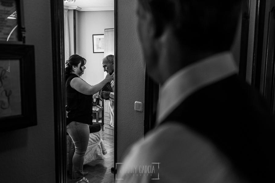 Boda en Guijuelo, Salamanca, de María Eugenia y David, realizada por Johnny García, fotógrafo de bodas en Salamanca, María Eugenia ayuda a vestir a su abuelo