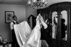 Boda en Guijuelo, Salamanca, de María Eugenia y David, realizada por Johnny García, fotógrafo de bodas en Salamanca, María Eugenia con su padre colocando el vestido de novia
