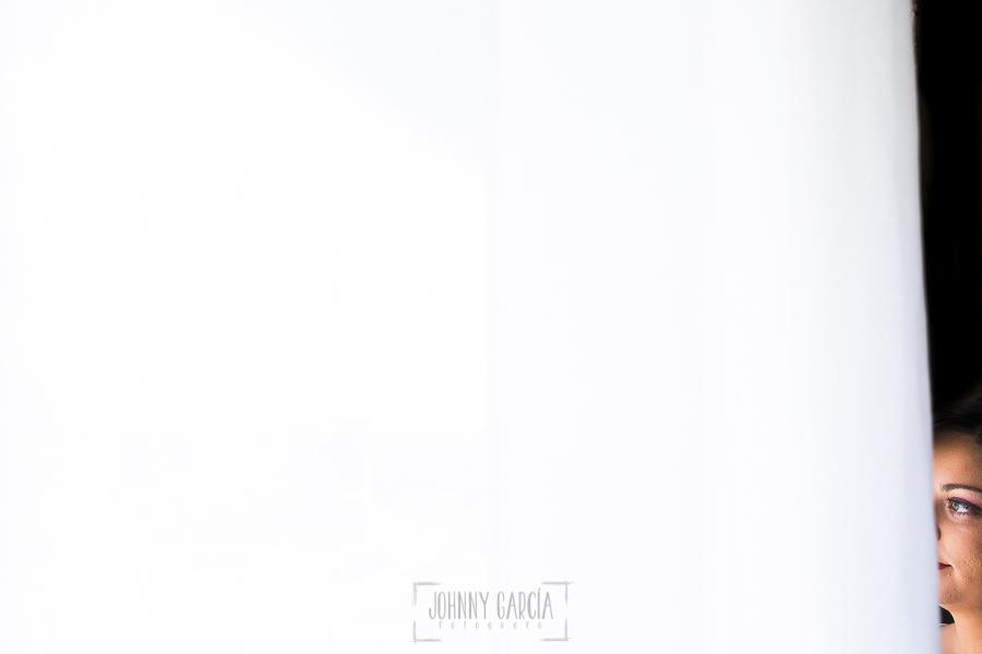 Boda en Guijuelo, Salamanca, de María Eugenia y David, realizada por Johnny García, fotógrafo de bodas en Salamanca, un retrato de María Eugenia en su ventana