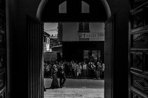 Boda en Guijuelo, Salamanca, de María Eugenia y David, realizada por Johnny García, fotógrafo de bodas en Salamanca, la llegada del novio a la iglesia de Guijuelo