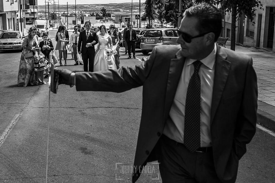 Boda en Guijuelo, Salamanca, de María Eugenia y David, realizada por Johnny García, fotógrafo de bodas en Salamanca, el tío de María Eugenia tira un cohete a la salida de la novia