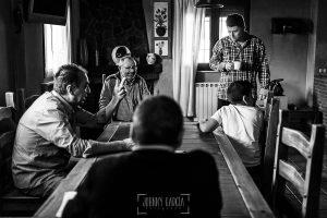 Boda en Guijuelo, Salamanca, de María Eugenia y David, realizada por Johnny García, fotógrafo de bodas en Salamanca, David con la familia antes de prepararse