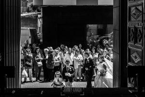 Boda en Guijuelo, Salamanca, de María Eugenia y David, realizada por Johnny García, fotógrafo de bodas en Salamanca, llegada de María Eugenia a la iglesia
