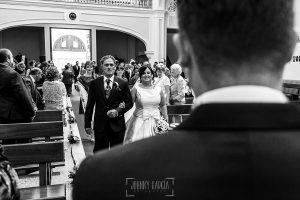 Boda en Guijuelo, Salamanca, de María Eugenia y David, realizada por Johnny García, fotógrafo de bodas en Salamanca, María Eugenia llega al altar del brazo de su padre