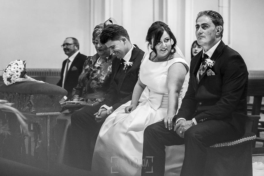 Boda en Guijuelo, Salamanca, de María Eugenia y David, realizada por Johnny García, fotógrafo de bodas en Salamanca, María Eugenia se preocupa por su padre emocionado en la ceremonia