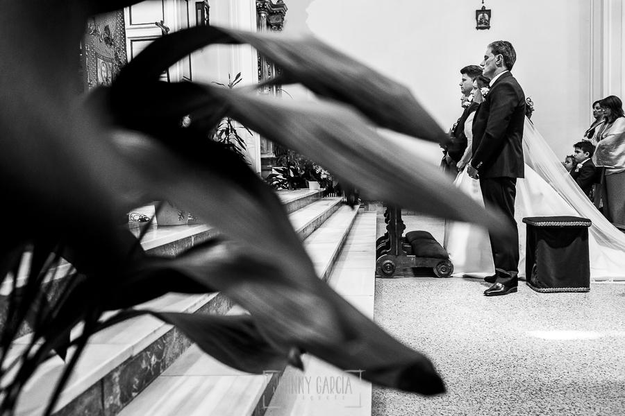 Boda en Guijuelo, Salamanca, de María Eugenia y David, realizada por Johnny García, fotógrafo de bodas en Salamanca, los novios en el altar de la iglesia de Guijuelo