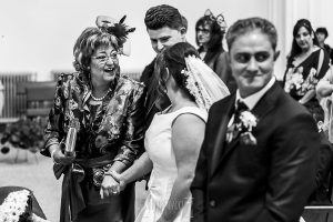 Boda en Guijuelo, Salamanca, de María Eugenia y David, realizada por Johnny García, fotógrafo de bodas en Salamanca, la madre de David felicita a María Eugenia