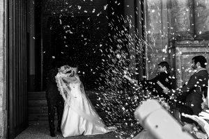 Boda en Guijuelo, Salamanca, de María Eugenia y David, realizada por Johnny García, fotógrafo de bodas en Salamanca, momento de la salida del arroz