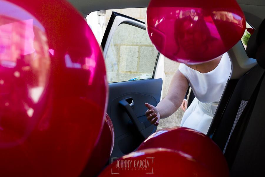 Boda en Guijuelo, Salamanca, de María Eugenia y David, realizada por Johnny García, fotógrafo de bodas en Salamanca, María Eugenia entra en el coche lleno de globos