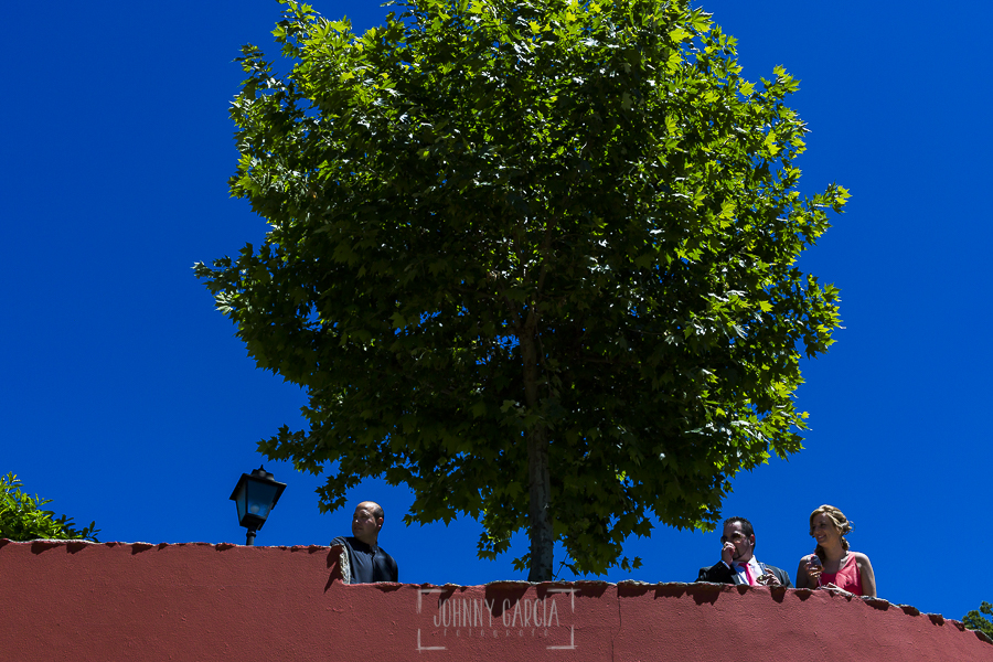 Boda en Guijuelo, Salamanca, de María Eugenia y David, realizada por Johnny García, fotógrafo de bodas en Salamanca, invitados esperan a los novios en el Rincón de Castilla