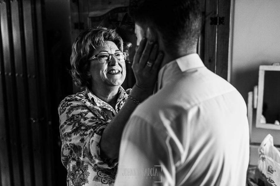 Boda en Guijuelo, Salamanca, de María Eugenia y David, realizada por Johnny García, fotógrafo de bodas en Salamanca, David con su madre