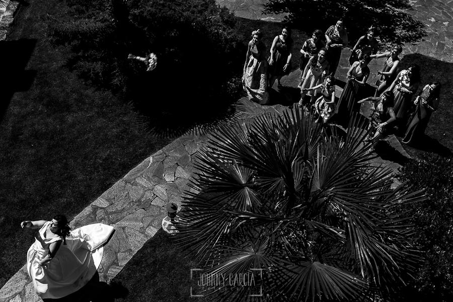 Boda en Guijuelo, Salamanca, de María Eugenia y David, realizada por Johnny García, fotógrafo de bodas en Salamanca, María Eugenia lanza el ramo de la novia a las solteras que hay en la boda