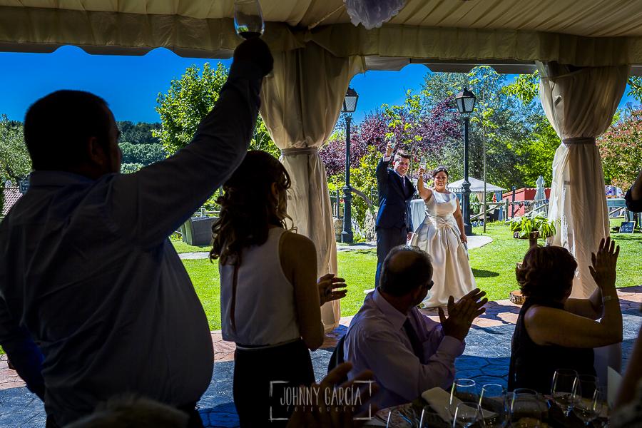 Boda en Guijuelo, Salamanca, de María Eugenia y David, realizada por Johnny García, fotógrafo de bodas en Salamanca, entrada al banquete de los novios