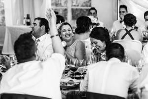 Boda en Guijuelo, Salamanca, de María Eugenia y David, realizada por Johnny García, fotógrafo de bodas en Salamanca, la hermana de David ríe en la mesa