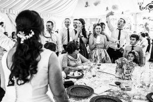 Boda en Guijuelo, Salamanca, de María Eugenia y David, realizada por Johnny García, fotógrafo de bodas en Salamanca, los amigos de los novios le dan un regalo durante el banquete