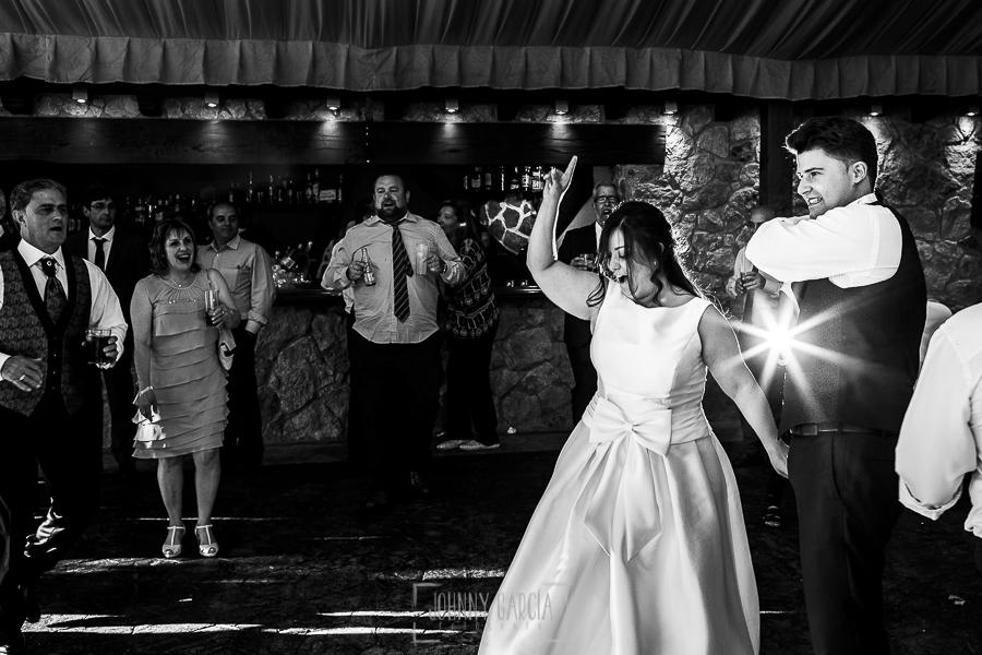 Boda en Guijuelo, Salamanca, de María Eugenia y David, realizada por Johnny García, fotógrafo de bodas en Salamanca, David y María Eugenia abren el baile
