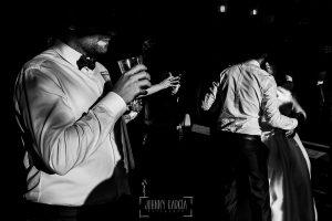 Boda en Guijuelo, Salamanca, de María Eugenia y David, realizada por Johnny García, fotógrafo de bodas en Salamanca, detalle de la fiesta y del baile