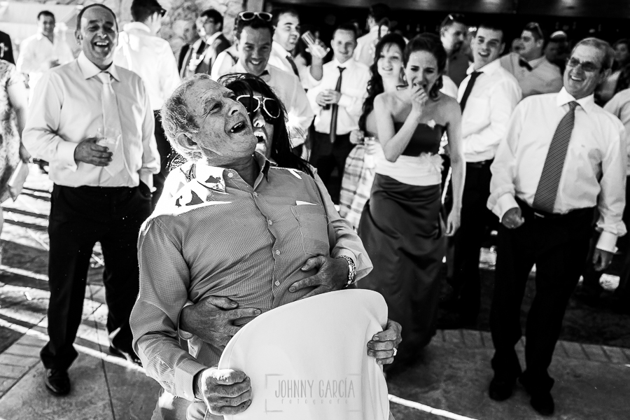 Boda en Guijuelo, Salamanca, de María Eugenia y David, realizada por Johnny García, fotógrafo de bodas en Salamanca, dos invitados ríen en la fiesta