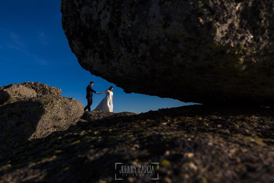 Boda en Guijuelo, Salamanca, de María Eugenia y David, realizada por Johnny García, fotógrafo de bodas en Salamanca, la pareja en lo alto de la Covatilla