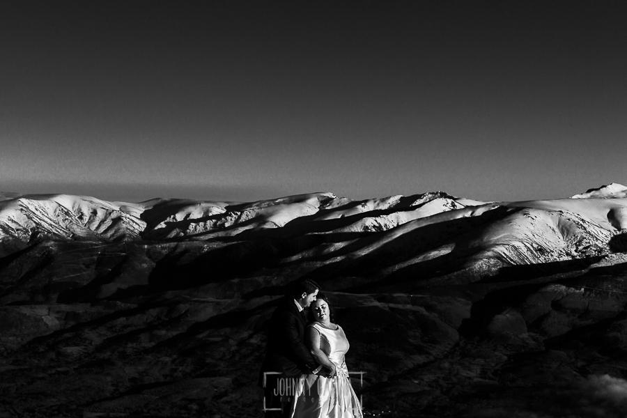 Boda en Guijuelo, Salamanca, de María Eugenia y David, realizada por Johnny García, fotógrafo de bodas en Salamanca, un retrato de los novios, al fondo la sierra de Gredos
