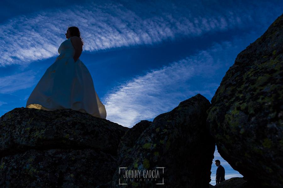 Boda en Guijuelo, Salamanca, de María Eugenia y David, realizada por Johnny García, fotógrafo de bodas en Salamanca, un contraluz de los novios en la postboda