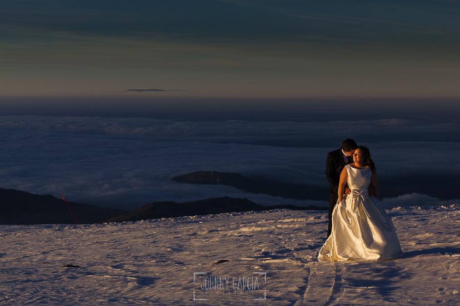 Boda en Guijuelo, Salamanca, de María Eugenia y David, realizada por Johnny García, fotógrafo de bodas en Salamanca, los novios sobre la nieve, al fondo un par de nubes