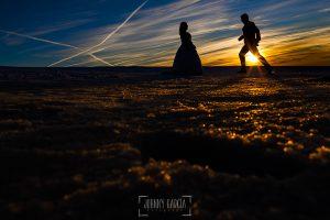 Boda en Guijuelo, Salamanca, de María Eugenia y David, realizada por Johnny García, fotógrafo de bodas en Salamanca, contraloz en la puesta de sol sobre la nieve de la covatilla