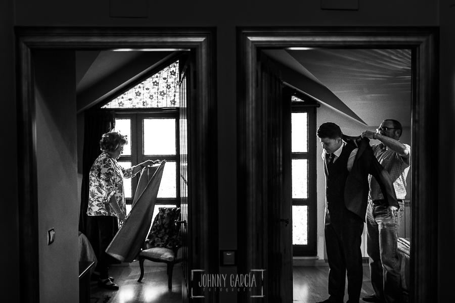 Boda en Guijuelo, Salamanca, de María Eugenia y David, realizada por Johnny García, fotógrafo de bodas en Salamanca, David con su padre en una habitación, en la habitación de al lado su madre