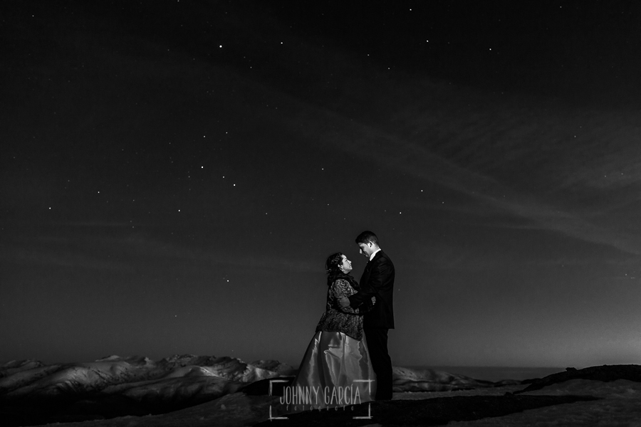 Boda en Guijuelo, Salamanca, de María Eugenia y David, realizada por Johnny García, fotógrafo de bodas en Salamanca, retrato de María Eugenia y David en una noche estrellada
