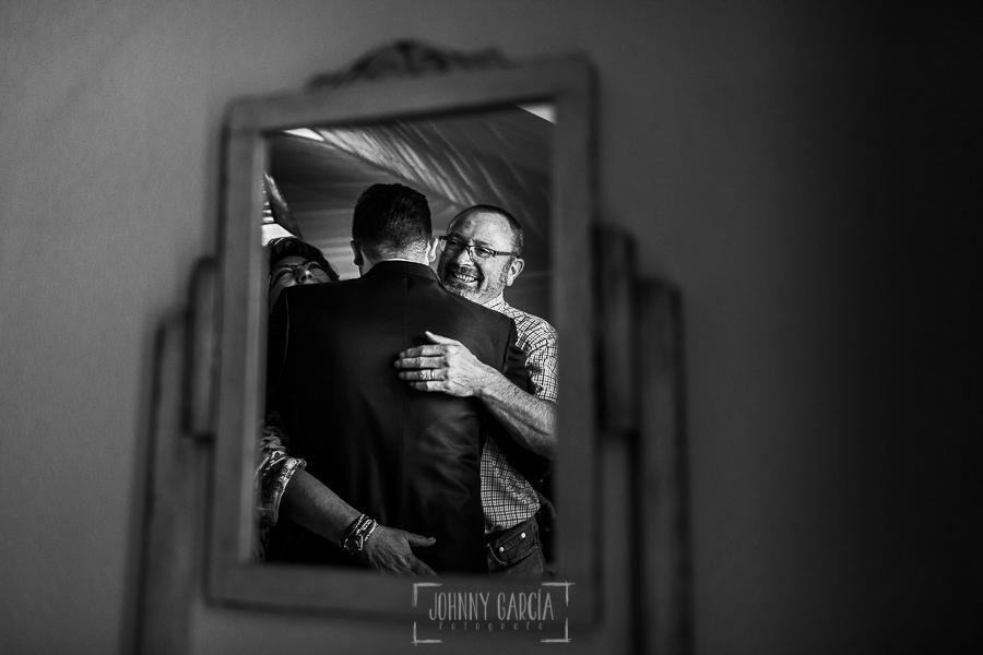Boda en Guijuelo, Salamanca, de María Eugenia y David, realizada por Johnny García, fotógrafo de bodas en Salamanca, David con sus padres abrazados antes de salir de casa