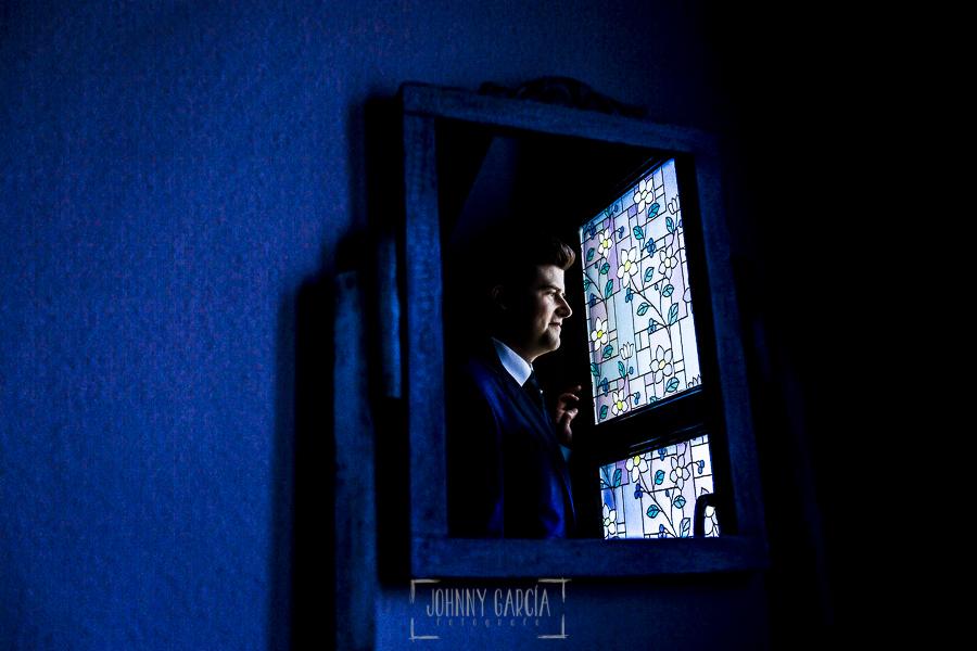 Boda en Guijuelo, Salamanca, de María Eugenia y David, realizada por Johnny García, fotógrafo de bodas en Salamanca, David reflejado en un espejo