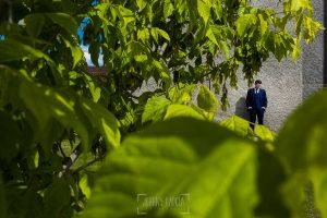 Boda en Guijuelo, Salamanca, de María Eugenia y David, realizada por Johnny García, fotógrafo de bodas en Salamanca, un retrato de David en el jardín de su casa