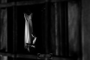 Boda en Hervás y postboda en Trevejo de Sofía y Charly realizada por Johnny García, fotógrafo de bodas en Extremadura, Sofia junto a su vestido de novia