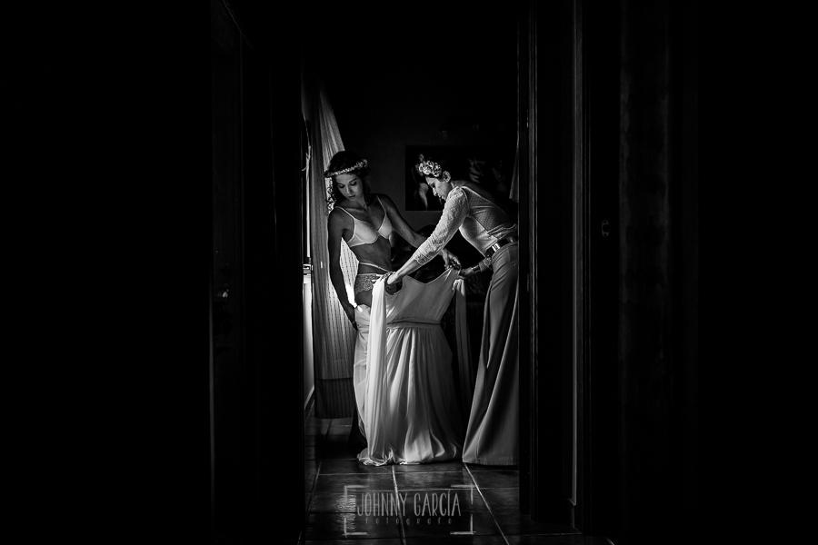Boda en Hervás y postboda en Trevejo de Sofía y Charly realizada por Johnny García, fotógrafo de bodas en Extremadura, Sofía comienza a vestirse junto a su hermana