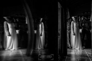 Boda en Hervás y postboda en Trevejo de Sofía y Charly realizada por Johnny García, fotógrafo de bodas en Extremadura, Sofía en la habitación preparándose