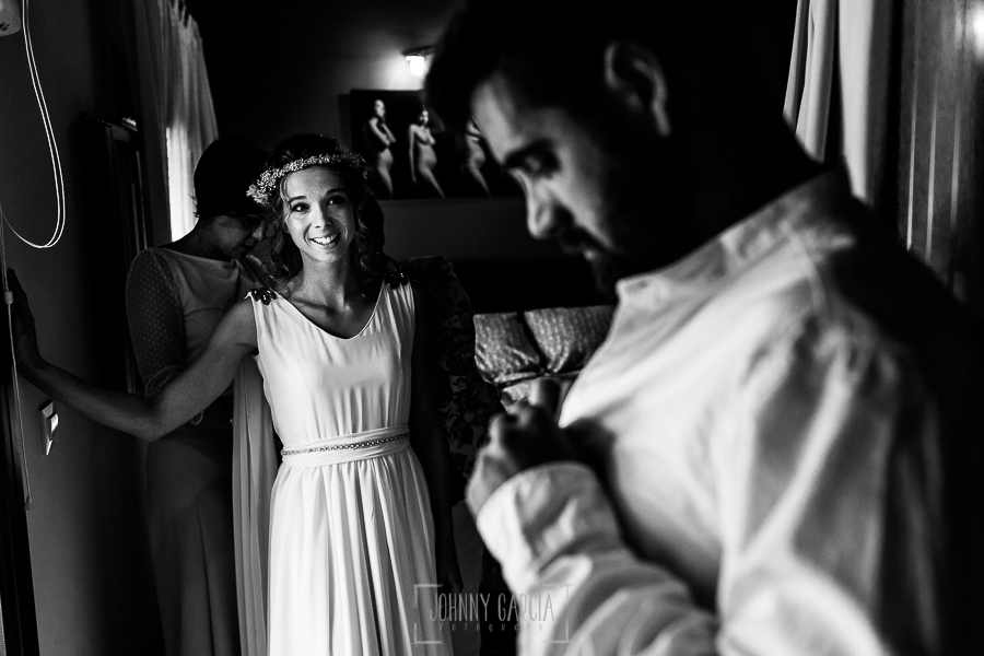 Boda en Hervás y postboda en Trevejo de Sofía y Charly realizada por Johnny García, fotógrafo de bodas en Extremadura, Sofía observa al novio mientras se viste