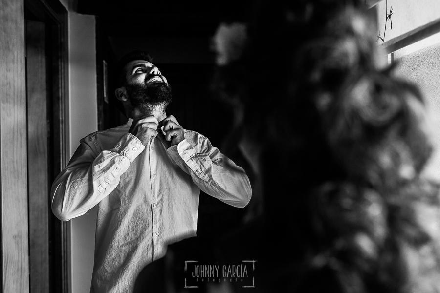 Boda en Hervás y postboda en Trevejo de Sofía y Charly realizada por Johnny García, fotógrafo de bodas en Extremadura, Charly abrochándose la camisa