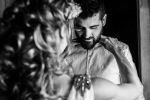 Boda en Hervás y postboda en Trevejo de Sofía y Charly realizada por Johnny García, fotógrafo de bodas en Extremadura, la novia retoca al novio el cuello de la camisa