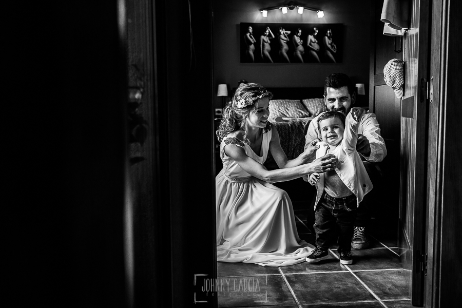 Boda en Hervás y postboda en Trevejo de Sofía y Charly realizada por Johnny García, fotógrafo de bodas en Extremadura, los novios visten a su hijo Iago