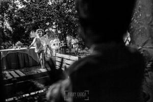 Boda en Hervás y postboda en Trevejo de Sofía y Charly realizada por Johnny García, fotógrafo de bodas en Extremadura, un sobrino corre hacia la ventana donde esta Iago