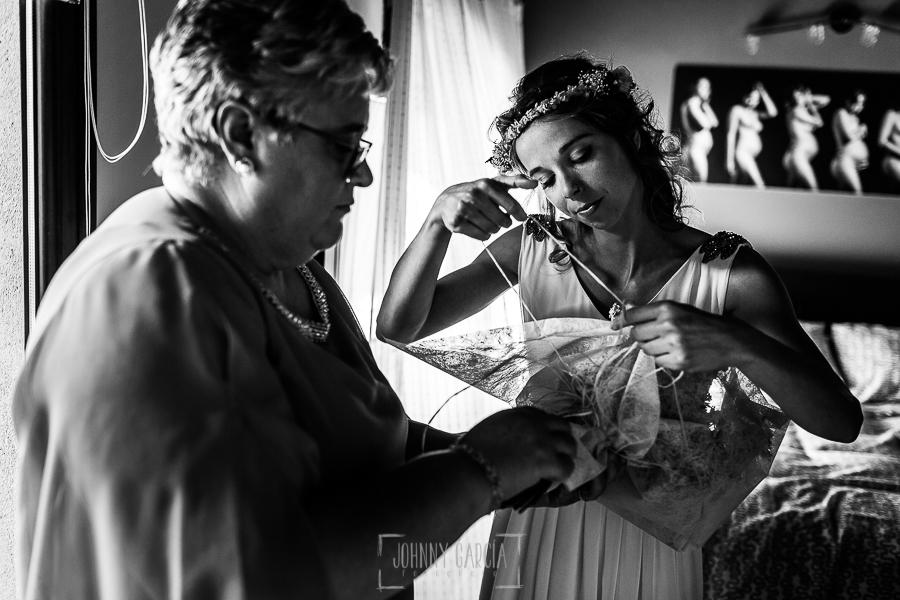 Boda en Hervás y postboda en Trevejo de Sofía y Charly realizada por Johnny García, fotógrafo de bodas en Extremadura, Sofía junto a su suegra preparando los anillos