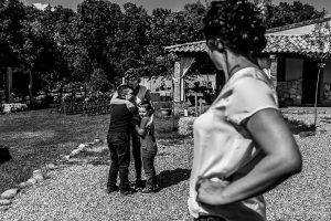 Boda en Hervás y postboda en Trevejo de Sofía y Charly realizada por Johnny García, fotógrafo de bodas en Extremadura, los sobrinos de Sofía abrazándola