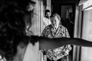 Boda en Hervás y postboda en Trevejo de Sofía y Charly realizada por Johnny García, fotógrafo de bodas en Extremadura, la abuela de la novia se acerca para verla vestida