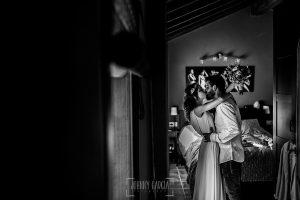 Boda en Hervás y postboda en Trevejo de Sofía y Charly realizada por Johnny García, fotógrafo de bodas en Extremadura, los novios se besan justo antes de salir