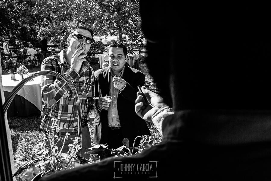 Boda en Hervás y postboda en Trevejo de Sofía y Charly realizada por Johnny García, fotógrafo de bodas en Extremadura, dos invitados junto al novio