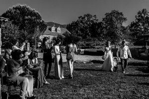 Boda en Hervás y postboda en Trevejo de Sofía y Charly realizada por Johnny García, fotógrafo de bodas en Extremadura, la pareja junto a su hijo se dirigen al altar