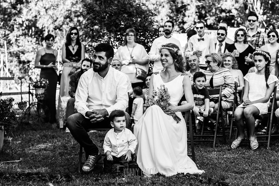 Boda en Hervás y postboda en Trevejo de Sofía y Charly realizada por Johnny García, fotógrafo de bodas en Extremadura, los novios y su hijo sentados en la ceremonia